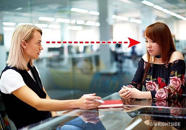 Mẹo đối nhân xử thế: Khi bạn nhìn chằm chằm vào mắt của một ai đó người đó sẽ sẵn sàng tuôn hết thông tin cho bạn