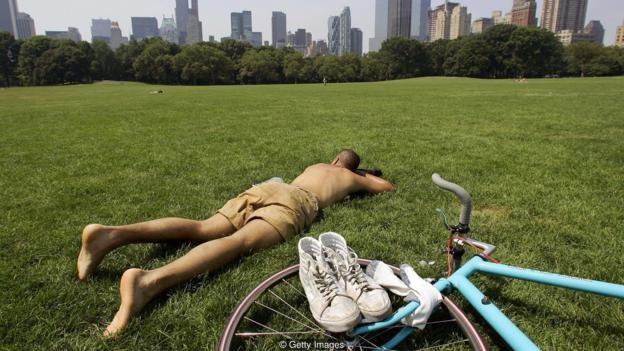 Một nghiên cứu đã chỉ ra rằng những doanh nhân nào có ít ngày nghỉ khi ở tuổi trung niên thường có xu hướng chết sớm hoặc có sức khỏe yếu kém khi về già. (Ảnh: viec lam it)